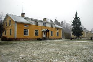 Flera hus på Skolvägen i Tobo är slitna och har mögel och vattenskador, enligt de boende.