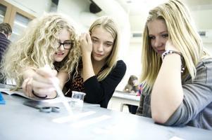 Ida Eriksson, Julia Nordlund och Emma Tronshagen tycker att kemilektionerna är