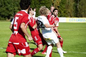 Innermittfältstrion Ahmet Abic, Kalle Kayal och Andreas Hedlund fick inte fart på Falu FK:s passningsspel i första halvlek. Här mot Nackas Ludvig Hartler.