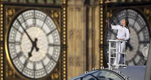 Amelia Hempleman-Adams poserar med den olympiska facklan på London Eye