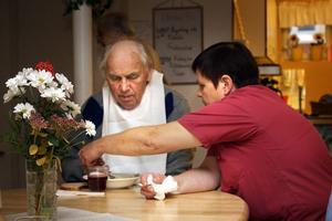 Hans Broden får hjälp med frukosten av Karin Nordin. På Björkbacken äter de boende frukost tillsammans varje morgon.