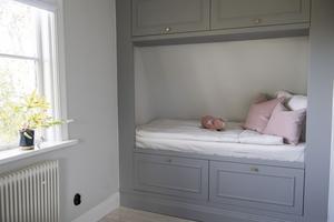 I yngsta dottern Aminas sovrum har Doreen Månsson sambo byggt en sovalkov som är målad i typisk 1920-talsgrå. Nästa steg är att välja tapeter och heltäckningsmatta.
