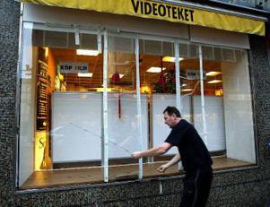 Den stora rutan sparkades sönder natten mot i går. Ägaren Leif Löfgren upprörs främst över att förövaren utsatte sig själv för livsfara, det tunga fönstret kunde ha rasat ner över killen.