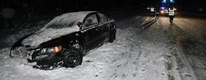 När snön kom i slutet av november var det många bilar som sladdade av vägen. Paret i den här bilen klarade sig utan skador.