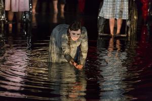 Anna Andersson är lysande på scenen, här som den döda Gretchen.