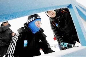 Nere vid start och mål området på stadion arbetas det med att sätta upp reklambanderoller på staketen.– Vi jobbar för Infront som har hand om all reklam, förklarar Stig Olof Åsén och borrar fast en banderoll.På bilden syns också Uno Paletun.