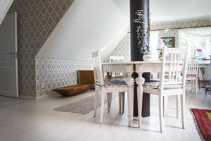 På övervåningen har Margareta och Lars Nordström bevarat känslan från tidigare stugan. Bland annat genom tapeten.