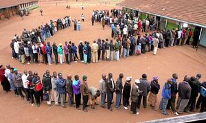 Vill påverka. Långa köer när kenyanerna röstade om en ny författning.