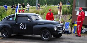 Starten. Folke Hedberg var startflaggan för Ola Brelin i sin Volvo PV från 1957. Foto:Christian Larsen