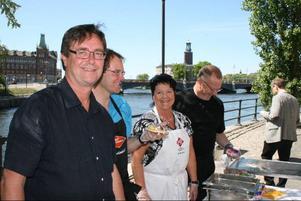 Jan Söderström, Gunnar Sandberg, Eva Sonidsson och Ronny Olander delar ut surströmming utanför riksdagshuset.