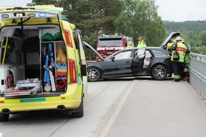 Ambulansen förde föraren till vård. Föraren klagade över smärtor i nacken.