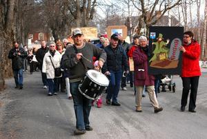 Protester. Upprördheten var stor 2010 när beslutet om nedläggning av äldreboendet Sörgården i Grythyttan togs av politikerna. Invånare samlades i till en demonstration som gick genom byn.