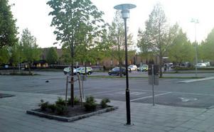 Parkeringen vid Hammartorget i Hallstahammar på onsdagskvällen.