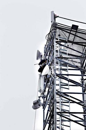 En hotellgäst ringde 112 efter att ha fått syn på en man högt upp i masten. Men ingen behövde räddas - mannen höll på med ett reparationsarbete.