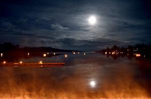 Till och med månen ville vara med då Långshyttans Brukshistoriska förening arrangerade ljuskväll vid sjön Långens strand i Gustafsnäsviken - den sjätte i ordningen. Kvällen blev nästan trolsk med månsken och lysande marschaller på flottar lite överallt i sjön.