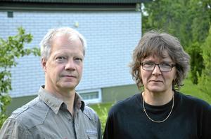 Glada men ändå inte. Peter Johansson och Marita Andersson som båda arbetar på Esab i Laxå får arbeta kvar. De känner dock med sina arbetskamrater som har blivit uppsagda. BILD: TOVE SVENSSON