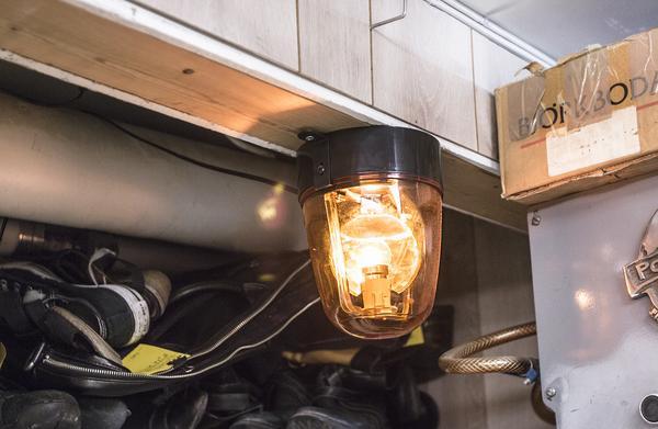 När lampan blinkar signalerar den att någon är på väg in i butiken. Något som den förra ägaren lämnade kvar.