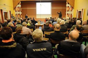 Det var fullt i bygdegården i Flötningen när jaktvårdskretsens Jonny Persson och forskaren Petter Wabakken möte allmänheten.