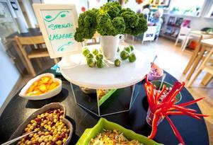Brysselkål, sparris och grönkål utgör en ätbar dekoration på salladsbordet.– Man blir ju full av glädje när man ser dem ta salladsbuffé, det är väl angenämt problem men ibland får vi säga stopp, säger Tina Hoversjö.