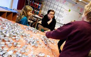 """""""Det är vi som räddar miljön"""", säger Jasmin Nilsson, till vänster. Läraren Mia Julin och Fredrik Bergström är i full färd att prata miljö."""
