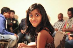 Sjuåriga Kishori Mandela såg till att gästerna trivdes i lucka 3.