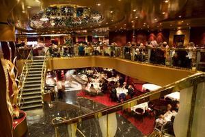 """Lyxig Titanic-känsla. Bara trappstegen infattar tusentals gnistrande Swarovskikristaller att """"kliva på""""."""