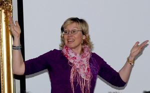Ulrica Larker Jonsson som är van att sjunga och leda gospelsångare, instruerade kören under dagen. Foto:Berit Zöllner