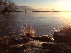 Tog den här bilden över Mälaren med vackra iskristaller under en promenad vid Öster Mälarstrand