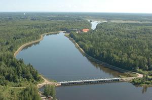Höjs och förstärks. Fortum planerar att höja och stärka flera dammar här vid Untra kraftverk mellan Mehedeby och Söderfors. Med åtgärderna ska dammarna klara exceptionella flöden som bara inträffar en gång på 10 000 år.