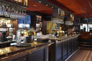 En stor omgjord bar är en av de många nyheterna på O'Learys.