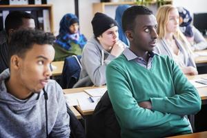 Osman Mohamed Osman och Abdullahi Abdi Isse pluggar även på lovet. Utbildningen till idrottsledare hålls nämligen utanför skoltid.