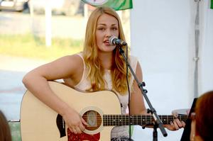 Även skönsjungande Kristin Myrvold spelade gitarr och sjöng i det strålande vädret i Gäddede.