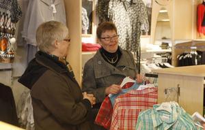 Barbro Andersson och hennes väninna Ella-Greta Sörling letar något snyggt bland blusar och toppar vid konkursutförsäljningen hos Fanny Mode. Det är tråkigt det här, det blir inget kvar i city. Synd, tycker Barbro och Ella-Greta som är mångåriga kunder hos Fanny.