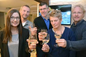 Nu kan gänget på NewSoTech skåla även för framtiden. Tanken är den keramiska ytan av titan ska utvecklas inom andra områden. På bilden syns Majbritt Levinsen, Jörgen Mattsson, Pär Nyman, Eva Lönnelid och Peter Östlund.