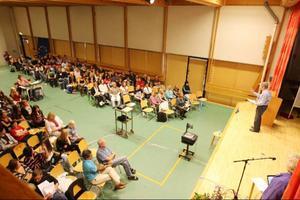 Idrottshallen på Bäckedals folkhögskola var fullsatt när eleverna från gymnasiet och högstadiet fick en inblick i invandrings- och integrationsfrågor.