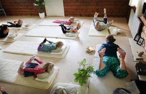 På olika platser runt om i landet arrangerades i går barnklasser i yoga, bland annat i Östersund där Åsa Halvarsson undervisade. Tanken med dagen är att fler barn ska upptäcka yoga.