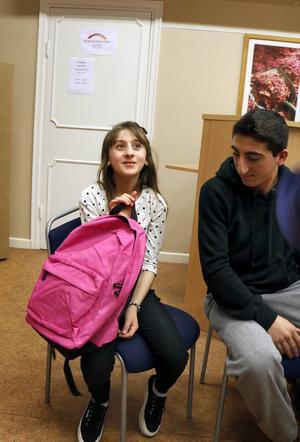 Vinisia Kourkis visar sin nya rosa skolväska.