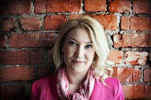 Elin Olofsson valde mellan två olika romanprojekt inför debuten. Först skrev hon