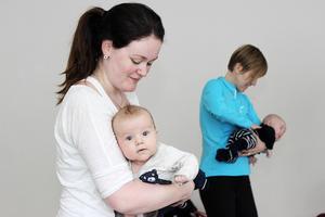 Mammorna tränar armstyrka med sina barn som vikter. Närmast i bild är Petra Edberg med sonen Vilgot, två månader gammal.