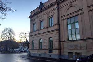 Fasaden är tvättad men spåren efter nattens klotter är tydliga.