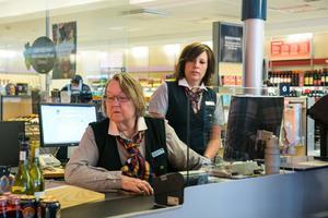 Marit Paulsen inledde sin EU-kampanj med att praktisera vid systembolaget i Malung. Butikschef Maria Hurtig Bäcke assisterade.