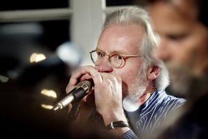 Arne Holmberg spelade munspel, balalajka och sjöng.