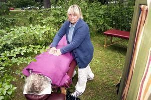 Bland buskar och träd gav Monika Skalk massage till GD:s fotograf.
