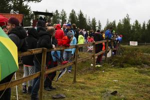 Det var många som kom för att titta på tävlingarna trots det dåliga vädret.