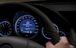 Om föraren visar tecken på trötthet tänds en varningssignal i hastighetsmätaren i form av en kaffekopp. Dags att ta paus. Volvo var dock först med det systemet.