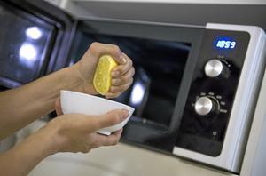 Städtips 1: Städa miljösmart med det du har hemma i stället för att köpa dyra produkter. Fiffigaste - och kanske enklaste - sättet att rengöra mikron: pressa en halv citron i en liten skål med vatten. Kör i mikron i tre minuter. Torka ur. Upprepa om det behövs.