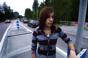 Blev påkörd. Här, vid övergångsstället längs riksväg 80 i riktning mot Grycksbo, blev 18-åriga Hilda Törnqvist påkörd på midsommaraftons kväll.