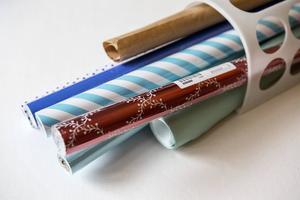 En plasthållare som är tänkt för plastpåsar är perfekt för omslagspapper. Ofta finns de bästa förvaringslösningarna redan hemma, fast de används på andra sätt.