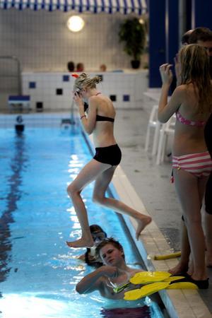 Det fanns ingen tvekan hos deltagarna då instruktören bad dem hoppa i bassängen.