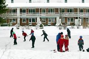 Att Fridhemsskolans fritids kan ordna skridskoåkning beror på att skolan fått lov att låna den privata lilla skridskobana som föräldrar vid Ekvägen ordnat. Foto: LARS WIGERT